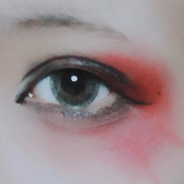 目の際は、赤紫のシャドウをのせるとしまります。