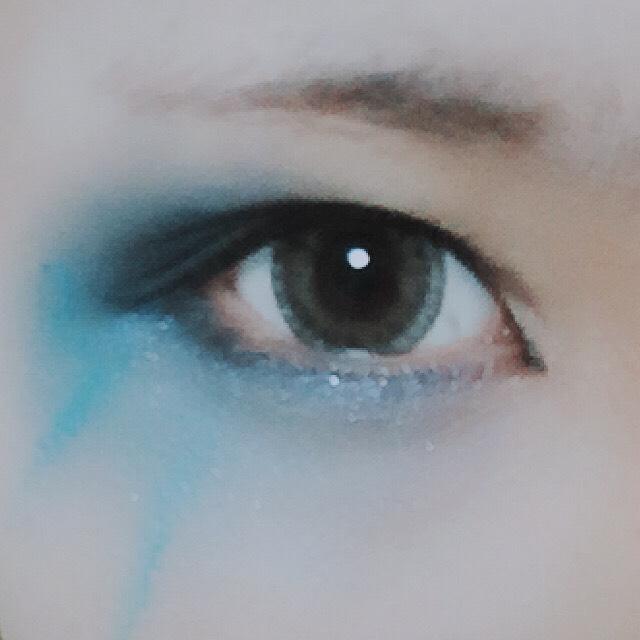 反対側も同様です。  目の際にはマジョマジョのジュエリングアイズの青を使いました。