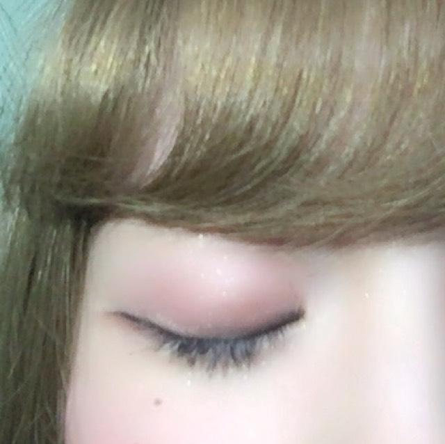 目と眉毛の間の部分にハイライトを入れます  (ハイライトを入れると目元の印象が少し明るくなります!)