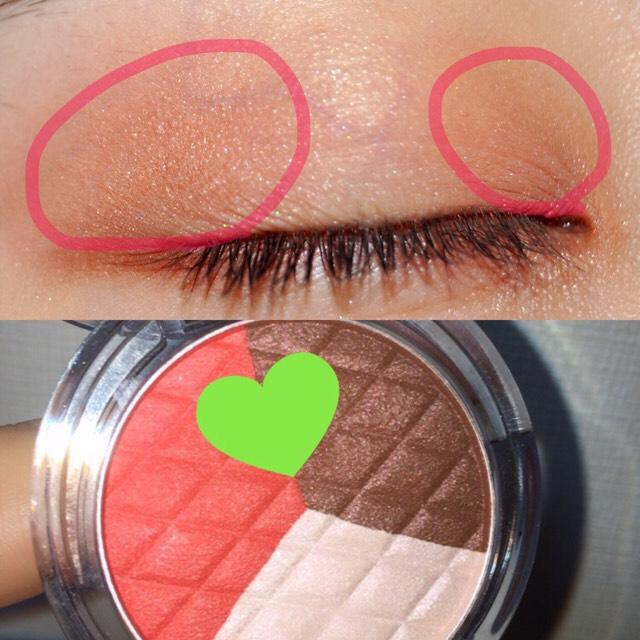 キャンメイクのアイニュアンス/ショコラアップルを ハートの二つを混ぜて ピンクの線のところに塗ります。  ブラウン色の方をした目尻にのせます。
