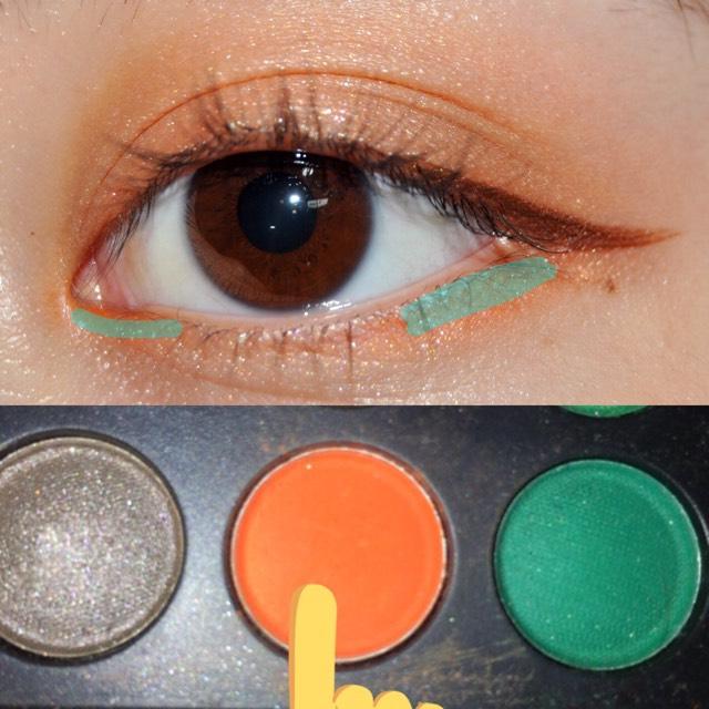 ブラウンアイライナーでアイラインを引いて、濃いオレンジを緑の線のところに塗ります(^_^)