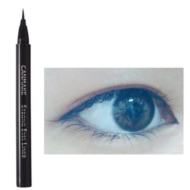 ブラックのアイライナーで、細くナチュラルに切開ラインを書きます ぱるるちゃんは目の横幅が長いので目の幅が狭い人は必要です◎