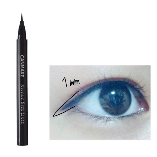 ブラックのリキッドライナーで目尻から1mmはみだす程度にラインを引きます