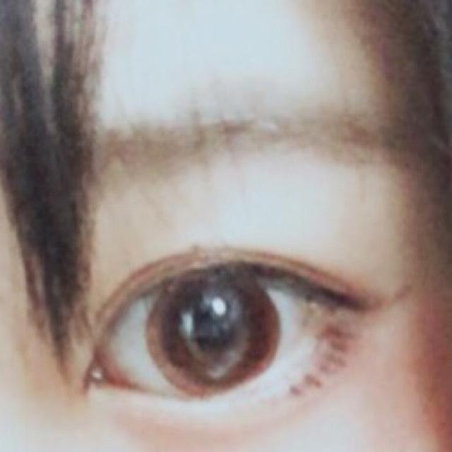 眉毛を平行になるようにパウダーアイブロウで埋め、茶色の眉マスカラで色を揃える