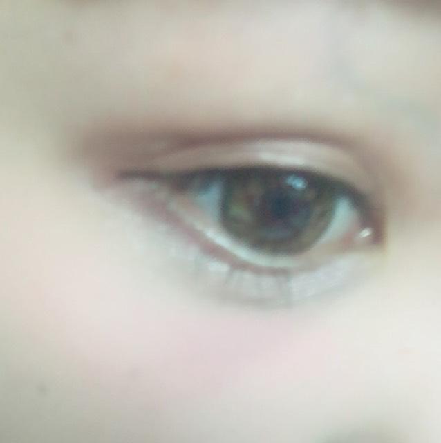 赤茶色のうるめの色をまぶた全体に塗り ラインはたらして 黒目の部分をなるべく太く 涙袋はぷっくりと! マスカラは黒目の上を重点的に!