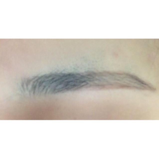 リキッドアイブロウで眉毛の中心から目尻側だけ周りをかきます。