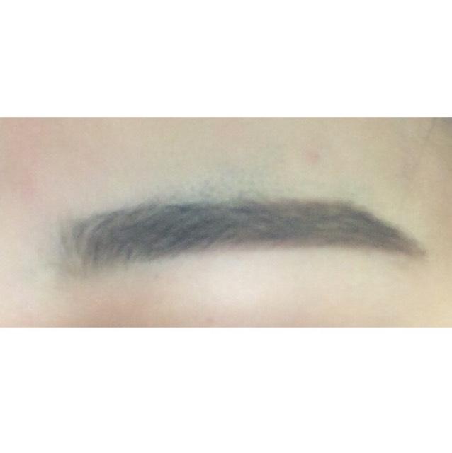 自分に合った色のアイブロウパウダーで眉毛の中を埋めます。目頭側は薄めの色でぼかしてふわっと見せます。