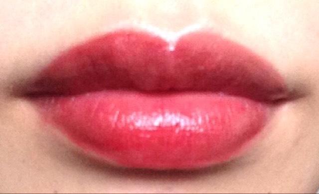 ちゅるんとしててスルスル塗れます。グロスのようなベタ付きはありません☆ただジャムの量をたくさん取って塗ると色ムラが出やすかったです。リップのふちにジャムが置いてかれやすいので均一な圧力で塗るのがいいかも。唇にジャムがゼリーをのせたようなツヤです♡