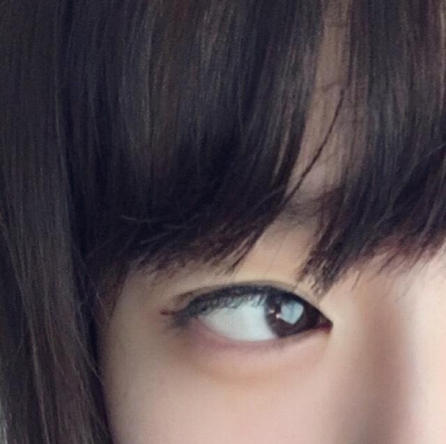 目尻を少しはねさせるようにアイラインを描いていきます。 目の粘膜もしっかりうめます。 目頭に切開ラインをいれて、目頭から目尻までしっかりアイラインを描いていきます。