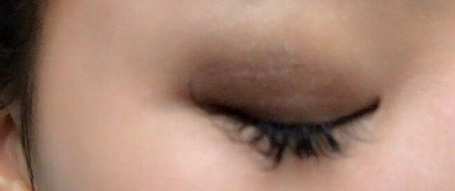 LBのアイシャドウを、目尻から指を使ってのせます  目頭にむかってぼかすようにのせます!  横のグラデーションをつくるイメージで!
