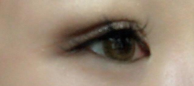 二重をつくります!  なにも付いてない指か、ブラシで、上瞼の境目をぼかします!