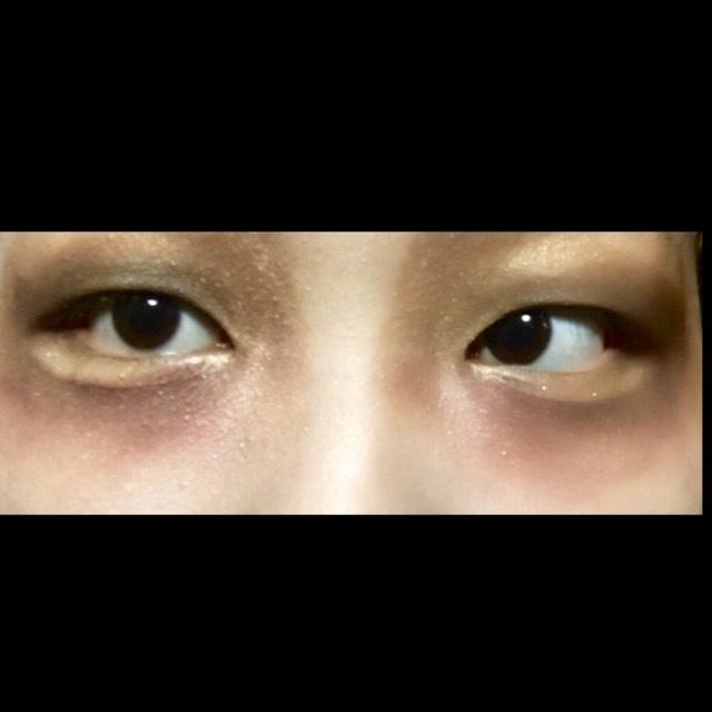 ブラックのシャドウで瞳全体を囲み、2の赤とブラウンのシャドウにグラデーションを作っていきます。 このくらい大胆に!
