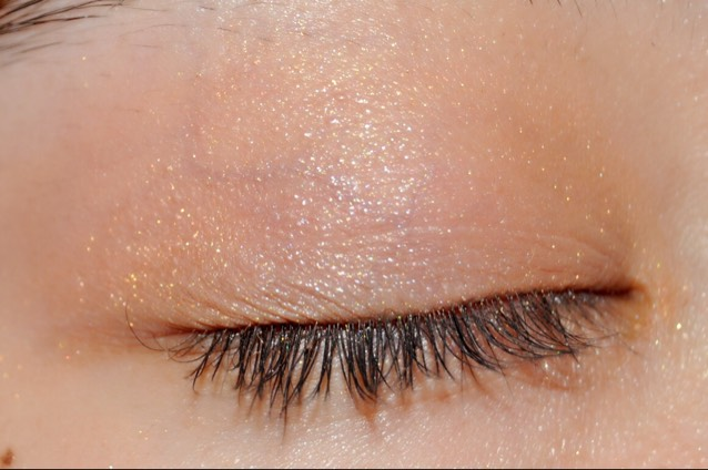 瞼の真ん中に白ラメシャドウを入れます! 立体感を出すためです◎