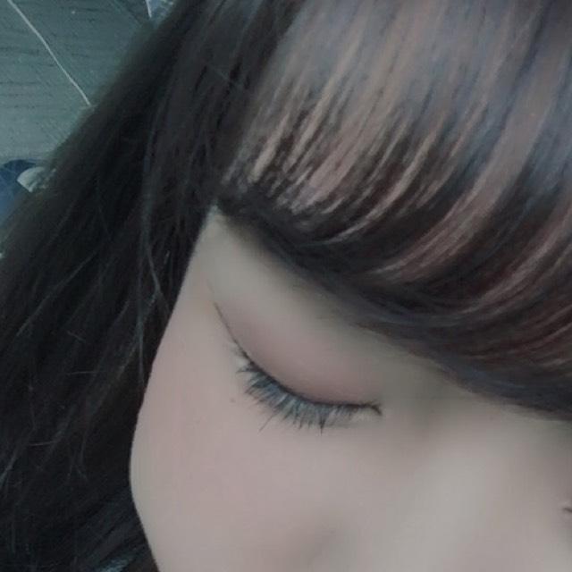 瞼全体に赤のクリームチークを指で馴染ませるように塗ります