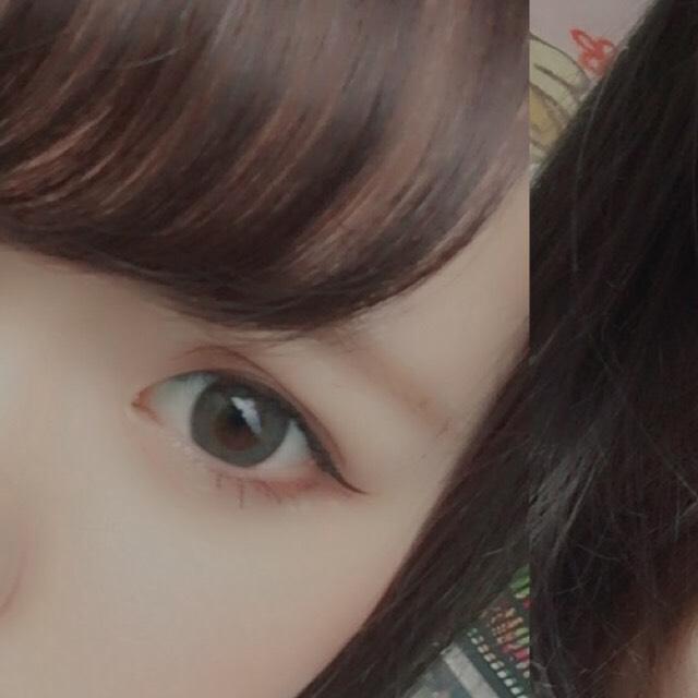目頭から目尻まで目の形に沿ってブラウンのアイライナーでラインを引きます。目尻は軽く跳ね上げてください!  (黒目の上だけ太く塗ると自然な丸い目になります!)
