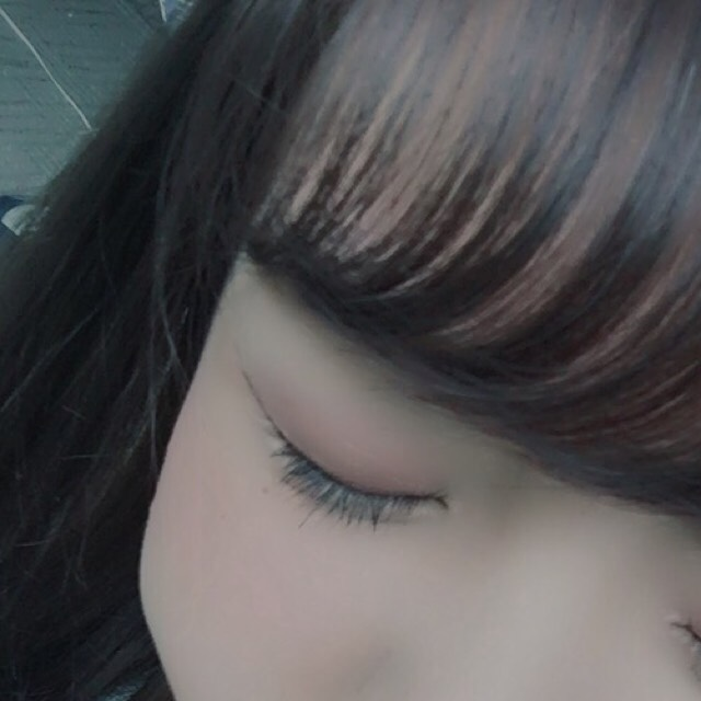 二重幅の位置にボルドーのシャドウを細く塗ります。 最後に眉毛と目の間にハイライトを薄く乗せます。  (濃くならないように手に一度乗せてから塗るのがポイントです◎)