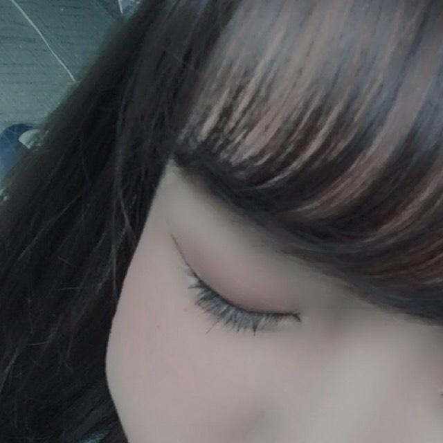 ホワイト系のシャドウでクリームチークを薄めるように瞼全体に上から重ね塗りします。