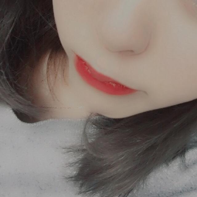 赤いティントを唇の内側に乗せてティントが乾いたら上から赤リップと赤いグロスを薄く重ね塗りします。  (ティントを下地にすることによってリップが色落ちしても汚く見えないようにしてくれます!)