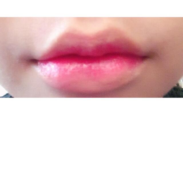 クレヨンリップで、唇の中心をぬります。