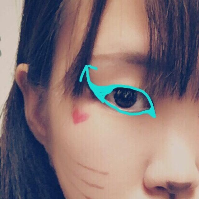 まず一番のポイントとなる猫目ラインを引きます。 ①目尻より手前から跳ねあげを初め、思い切り上に向かって線を引きます。 ②そしてその上への跳ねあげの途中から黒目の上当たりに向かって線を繋げて埋めます。 ③そして目の周りを完全に黒で囲みます。 ④目頭は切開ラインを書くようなイメージで 鼻に向かって下斜めに画像のように線を描いて行きます ⑤そしてその中も埋めます