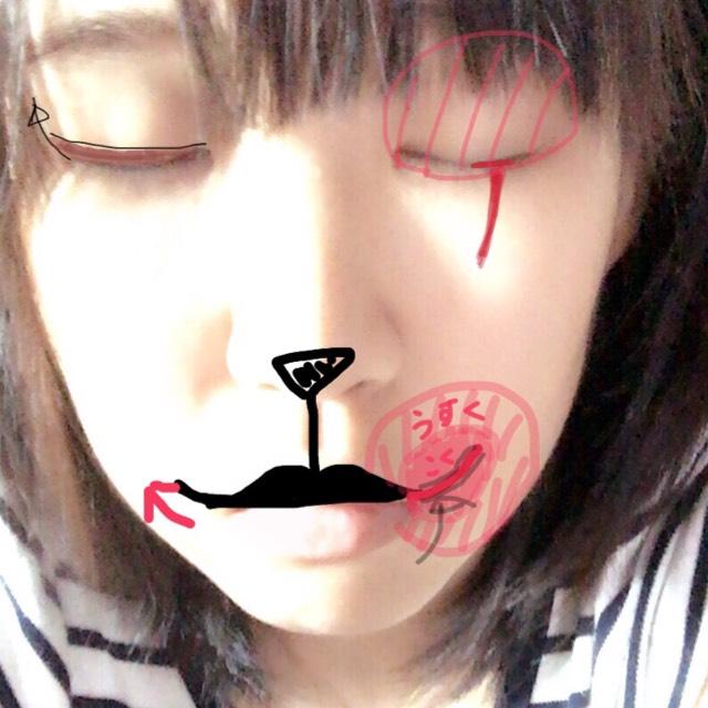 鼻を三角形▽になるように黒で塗りつぶし 上唇に向かって線を引きます。 そしたら上唇を黒で塗りつぶし(コンシーラーなどで唇の色を消して置くことがオススメ.) 次に唇の端から少し跳ねあげます。