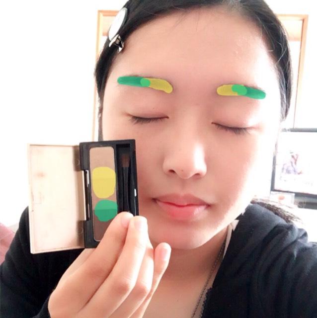 アイブロウパウダーの 黄色を混ぜて、眉頭に乗せます。 緑を混ぜて眉尻に乗せます。 アイブロウペンシルで 眉尻や、パウダーでは足りなかったところを 書き足していきます。