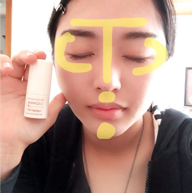 ハイライトをTゾーン、Cゾーン、顎、鼻の下にのせていきます。 塗った後に指で伸ばします。