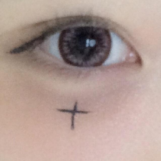 アイライナーで目尻から下げるようにひきます  黒目の下に十字架を書いてポイントをつけます