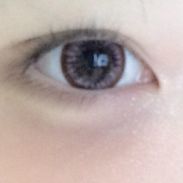 上瞼全体と涙袋、目頭に白ピンクラメを置いてキラキラにします(7番)  二重幅と目尻にブラウンシャドウを入れ、たれ目っぽくみせます