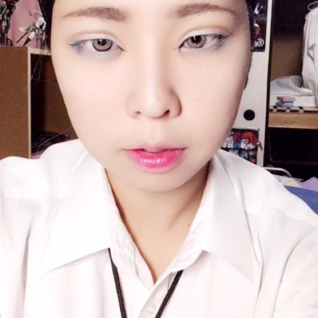 眉毛を普通に描きます。口紅はピンクを塗った後に赤いリップを真ん中にポンポンと重ねます。
