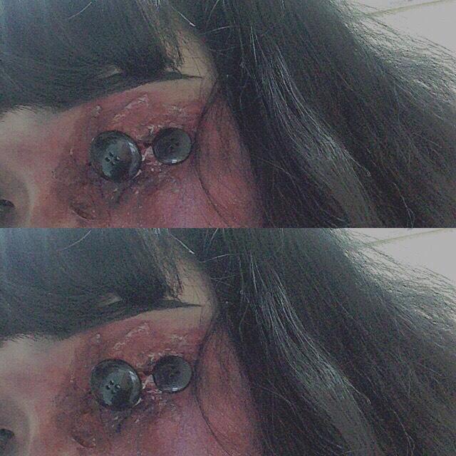 片目は先程みたいな要領で シャドウをぬりたくります そしてアイプチを目の周り にぬりちぎったティッシュ をはりつけていきます!! そしてボタンをアイプチで つけて、バランスをみて シャドウを足したりします