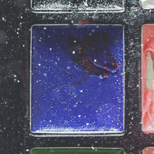 さっきの赤黒い色とブルー と混ぜて赤紫的な色にして バランスをみてぬっていく