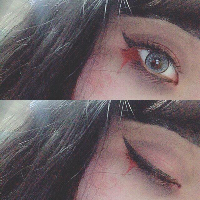 アイラインは、はねあげ◎ アイライナーでてきとうに 下睫毛をかいていきます! そして上のつけまをつけて 血のりや、赤黒いリップを 目尻にたれるようにぬる◎  光で色が、飛んでいるけど 実際痣!つて感がすごい←