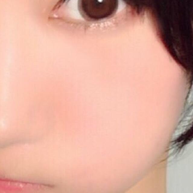 目の下あたりにとんとんとチークを塗っていきます。 upsのチークはリキッドなのにテカらないので今年流行のマット肌を作るのにオススメです。