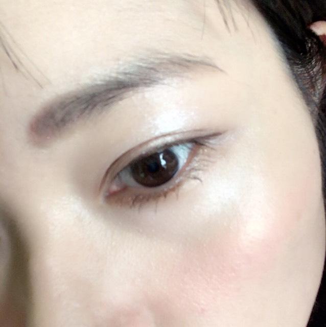 ブラウン系のアイシャドウを1番薄い色をアイホール。2番目に薄い色を二重幅と下瞼。3番目に薄い色を二重幅の半分位に。  ブラウンのジェルライナーで上睫毛の隙間を埋めて、そのまま少し下方向に流す。
