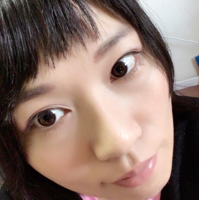 下睫毛にマスカラを2種類重ねて、リップクリームを塗って終了!!気分で唇に色を乗せることも。