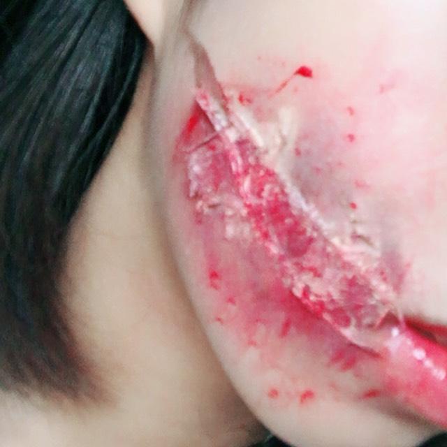 そして、余ってるティッシュにリップを付けてティッシュで周りをポンポンと叩いて、血のように見せます