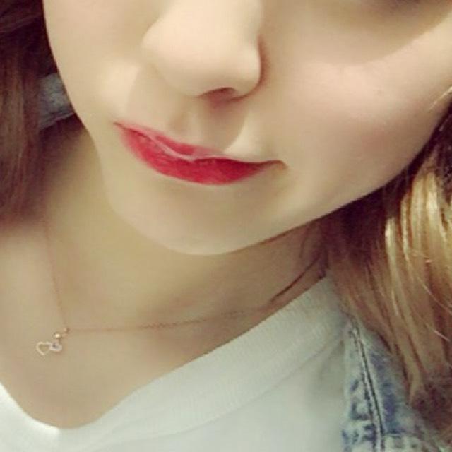 赤リップを唇全体に塗ったら上から赤いグロスを重ねます