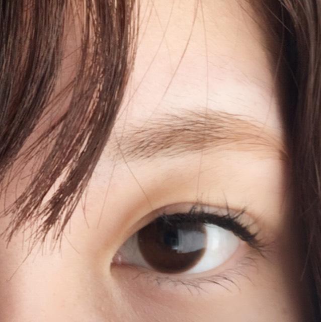 まつ毛とまつ毛の間をしっかりブラウンのアイライナーでうめて、細くアイラインを引きます。 しっかりとまつ毛とまつ毛の間を埋めることによってナチュラルでもでか目に見えます。