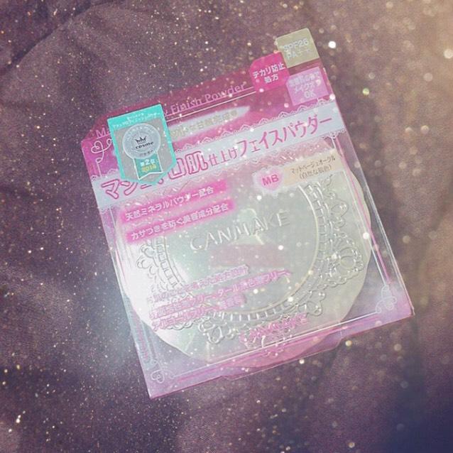 化粧水乳液で肌を保湿して フェイスパウダーをパフで サラッとのせていきます◎