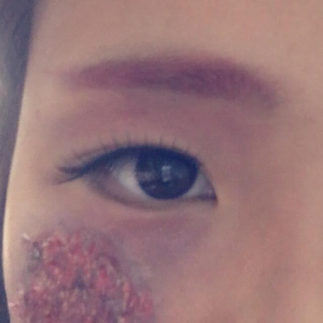 眉毛は自分の好みで! ハロウィンぽく赤にしてみました!  涙袋のところはピンクと黒を混ぜたシャドウを使いました!  クマっぽく(元々だけど)