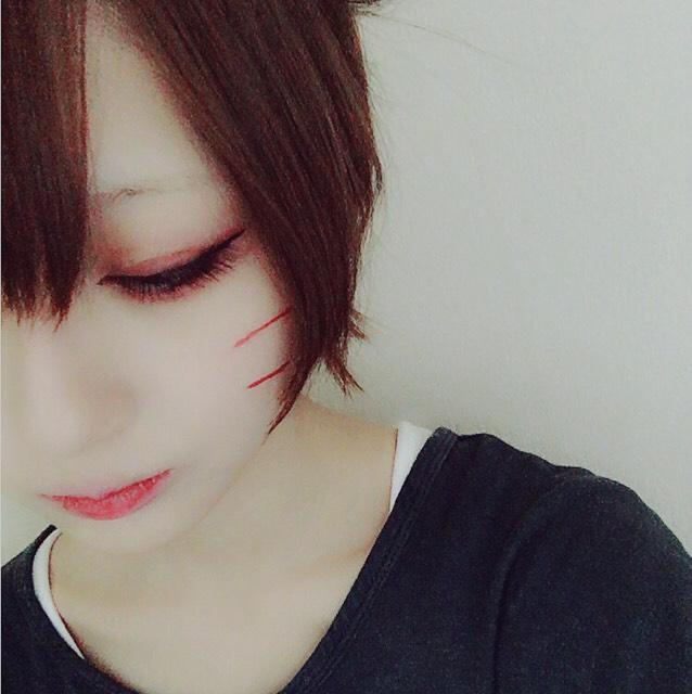 ビューラーでまつ毛をあげ薄くマスカラを塗った後、乾いてからつけまをつけます。 下まつげは目尻にだけマスカラをします。  頬にちふれの赤リップを横に持ち髭を書きます。