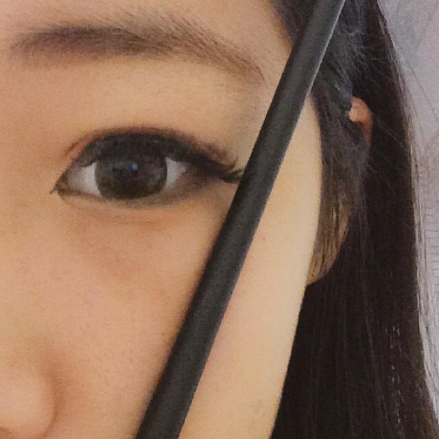 口の端っこ、目尻の延長線(?)に合わせて眉毛を書く