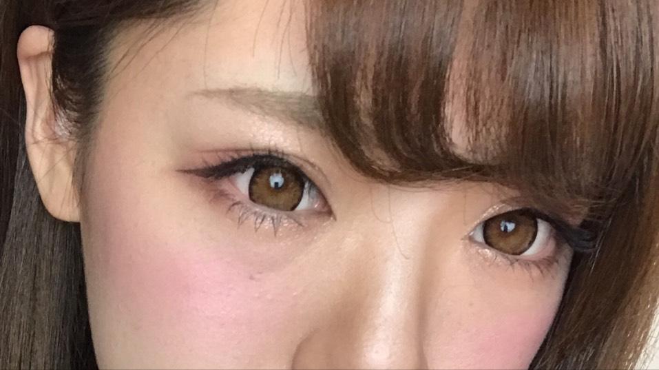 アイラインはタレ目に長めに。 眉毛はナチュラル太眉で短め。 チークは横長に濃いめにするのがハマりちゅう