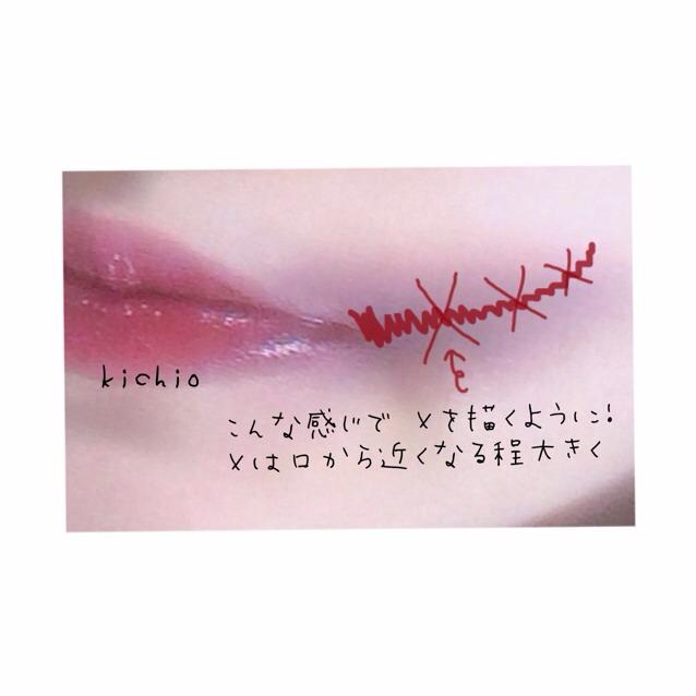 アイラインを使いタトゥーを入れる  ① 口角から斜め上に向かい線を引く 口角から遠ざかるほど細くする  ② 1の線に交差するように×を描く  ③ アイラインが乾いたらベビーパウダーを上から重ねる これでタトゥー感が出る