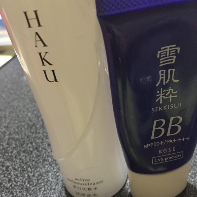 ハク化粧水で整えたらせっきすいを顔全体に薄くのばす