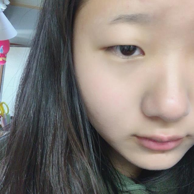 化粧水と乳液を使って保湿したあとCEZANNEの下地を顔全体に伸ばします。