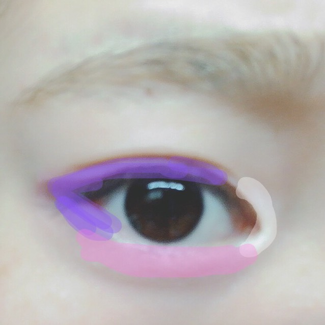 上の写真のシャドウを写真の様にのせます。 紫は二重幅に、 ピンクは涙袋にのせ少しぼかしてはみ出すくらいです。