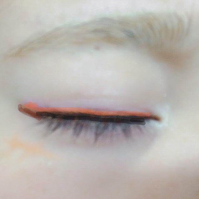 まつげの間を埋める様に黒ライナーで、跳ね上げは茶色のライナーで書きます。 その上からオレンジのライナーで暗い色のラインをぼかしつつ少し太めに書きます。