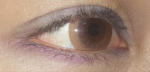 涙袋をかいて、目の下に紫色のアイシャドウをいれる。